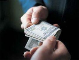 одалживать деньги