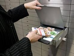 В чем хранить деньги - в валюте и в банке