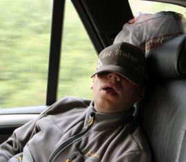 Спат на работе в машине