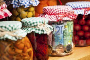 Куда прятать деньги дома в консервные банка