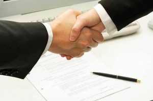 деловое рукопожатие при офисном этикете