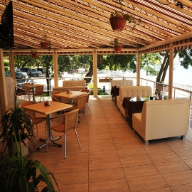 Лето, площадка, на ней - кафе